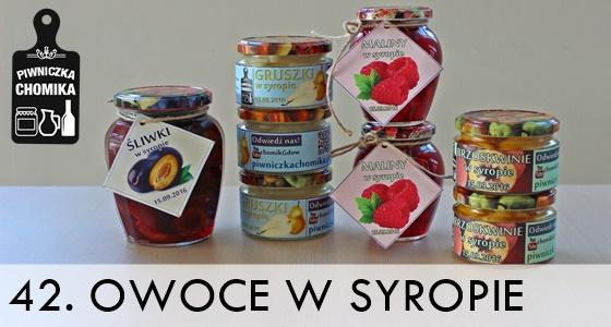 Owoce słodkim syropie - śliwki, gruszki, brzoskwinie i maliny w zalewie.