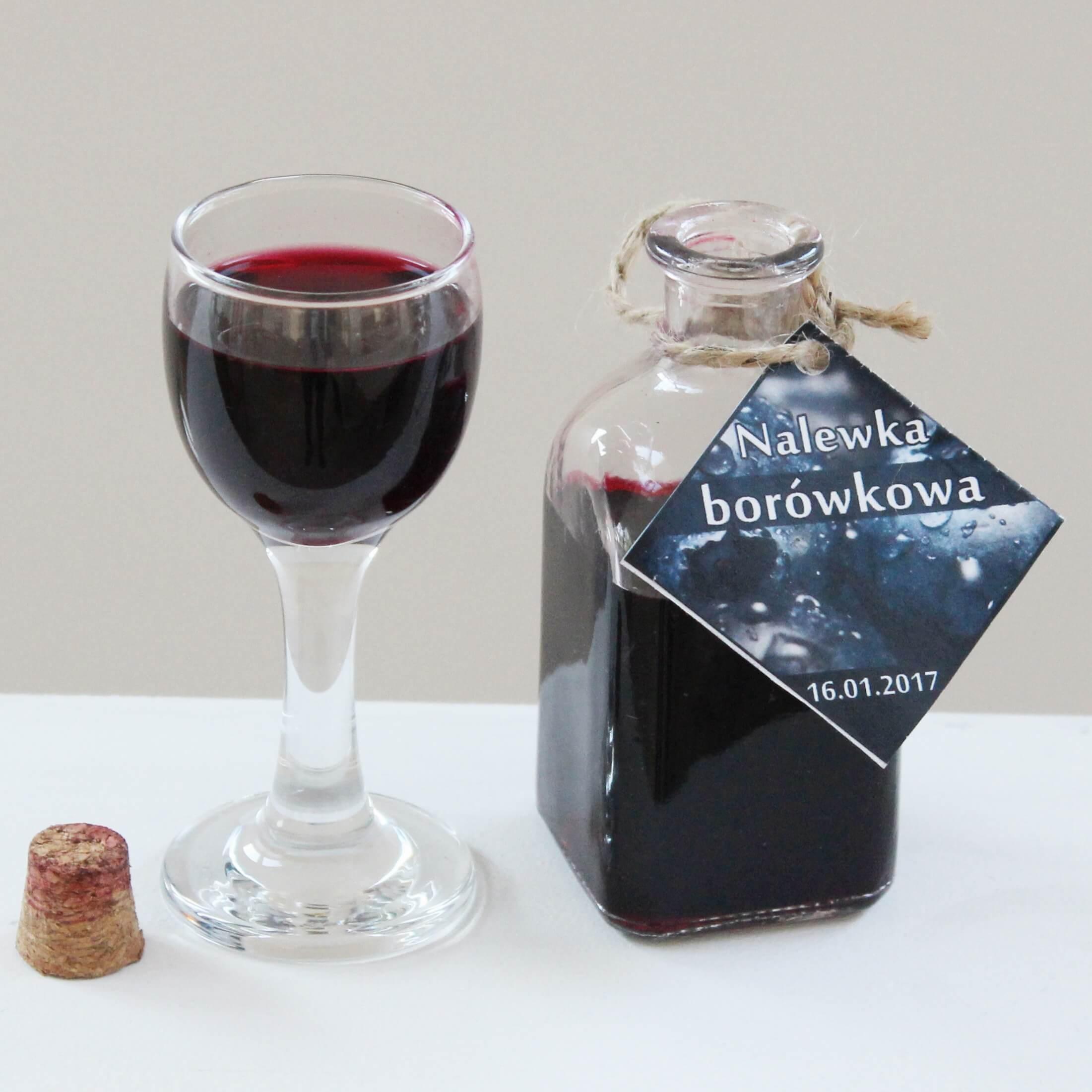 Nalewka z mrożonych jagód została rozlana do butelek na korek. Kliknij w obrazek, aby obejrzeć całą kolekcję naszych butelek na nalewki.