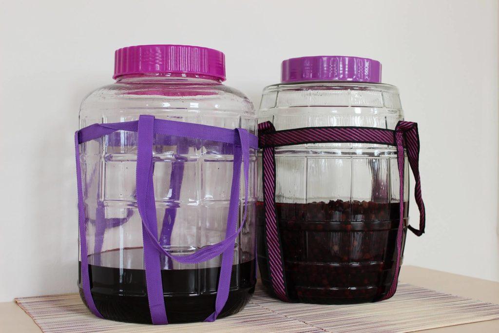 Słój wielofunkcyjny zastępuje dymion, korek i rurkę fermentacyjną, posiada poręczne szelki i jest wykonany z grubego szkła.