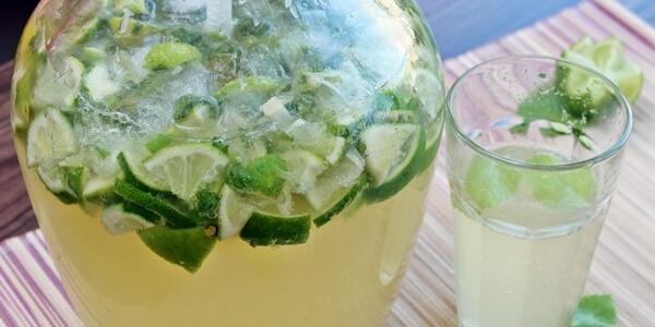 Bezalkoholowa wersja mojito idealnie prezentuje się w butelce z dozownikiem, dzięki któremu możemy precyzyjnie nalewać napój do szklanek.