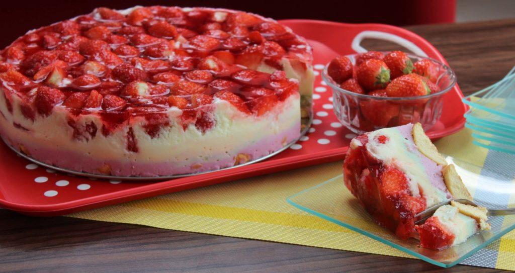 Lekka owocowa pianka, delikatne biszkopty, galaretka i świeże owoce to pomysł na przepyszny deser.