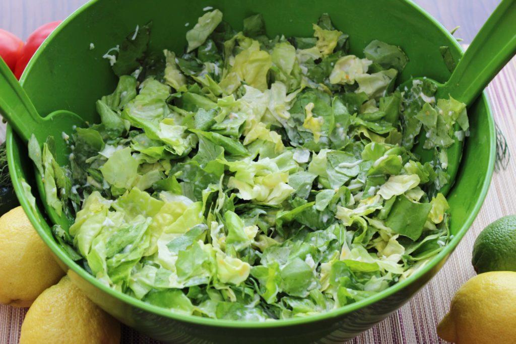 Zestaw sałatkowy zawierający dużą misę i poręczne sztućce do mieszania przydaje się podczas każdego przyrządzania sałatek, surówek i przetworów.