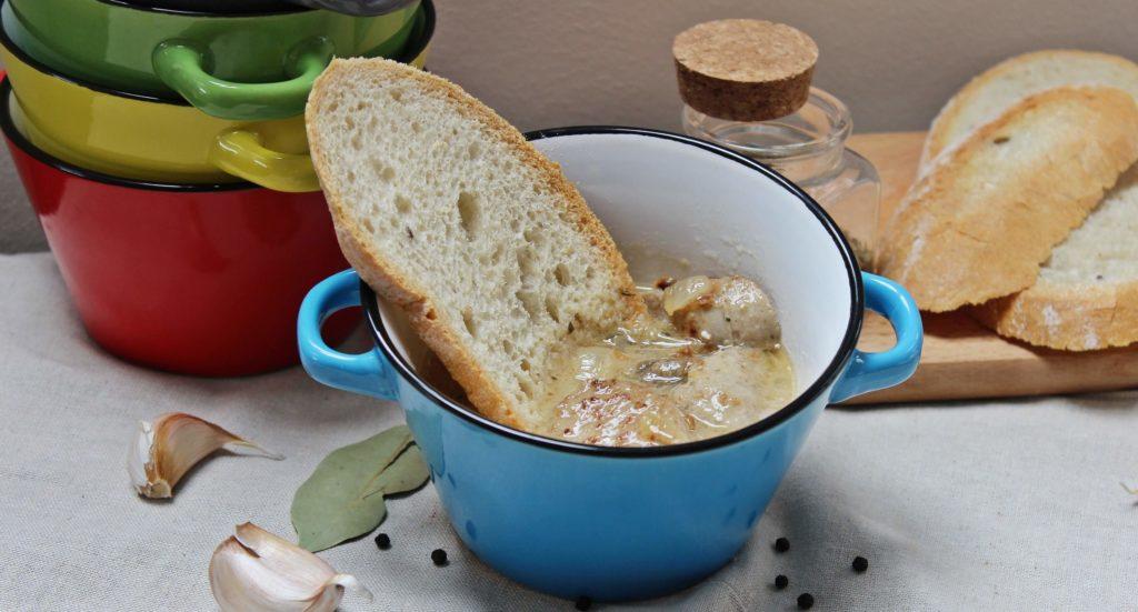 Domowy żurek na prawdziwym zakwasie najlepiej smakuje z domową białą kiełbasą. Tradycyjne potrawy proponujemy podawać w naczyniach ceramicznych lub emaliowanych.