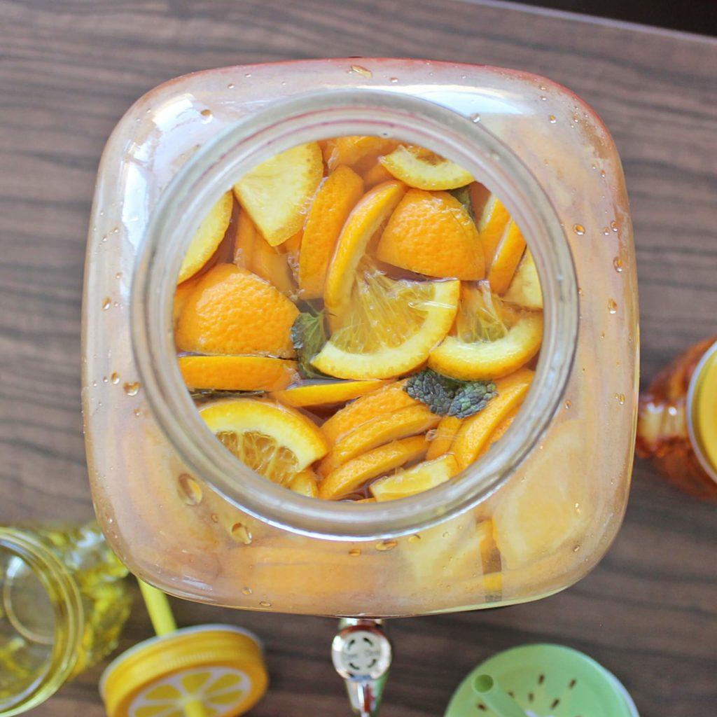 Mrożona herbata, lemoniada i inne napoje najlepiej jest podawać w szklanym słoju z kranikiem.