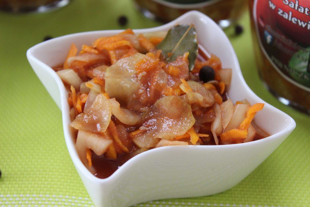W przeciwieństwie do tradycyjnych ogórków konserwowych, ogórki w zalewie pomidorowej mają smak wzbogacony zalewą z innymi warzywami.