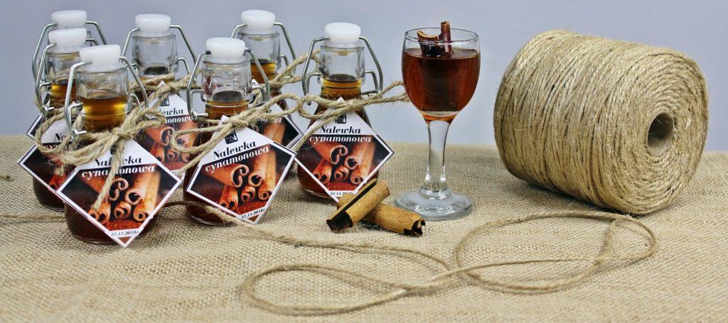 Nalewka cynamonowa to trunek dla wielbicieli korzennych aromatów. Kliknij w obrazek, aby sprawdzić przepisy na inne nalewki.