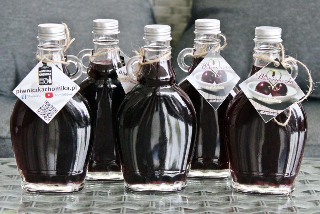 Nalewka z wiśni ma głęboki kolor, co pięknie prezentują opływowe butelki z uszkiem.