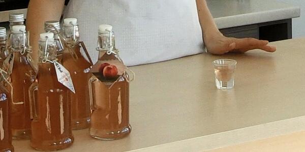 Butelki z zapięciem mechanicznym doskonale nadają się do przechowywania nalewki z brzoskwiń.
