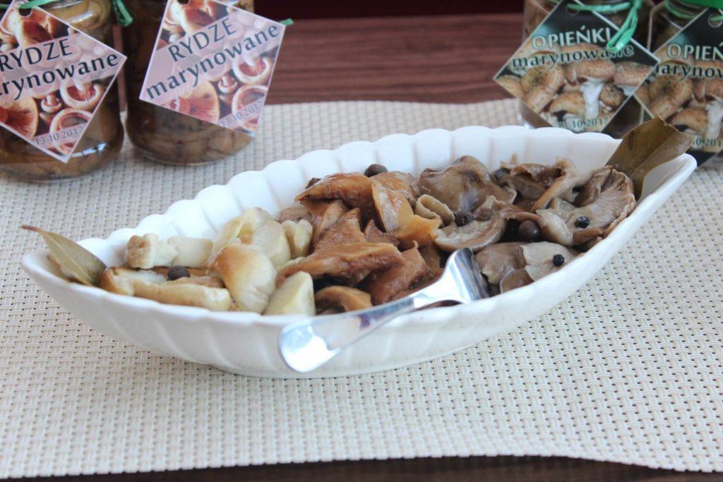 Istotnie marynowane grzyby są idealne zarówno jako osobna przekąska, jak i dodatek do sałatki czy sosu tatarskiego.