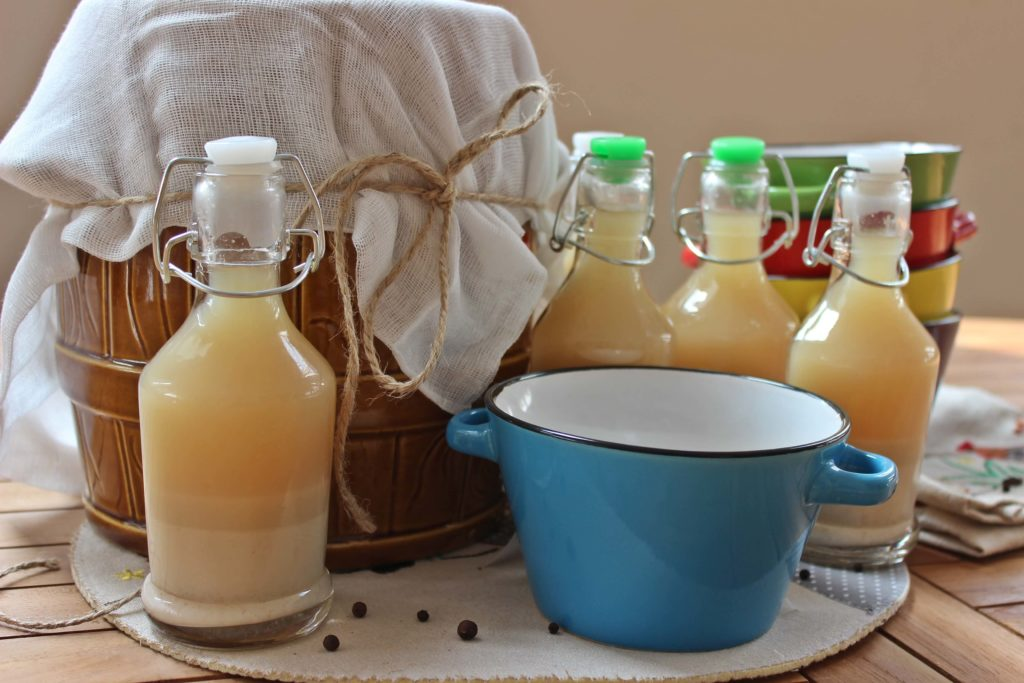 Zakwas na żurek najlepiej przygotowywać w glinianych naczyniach.