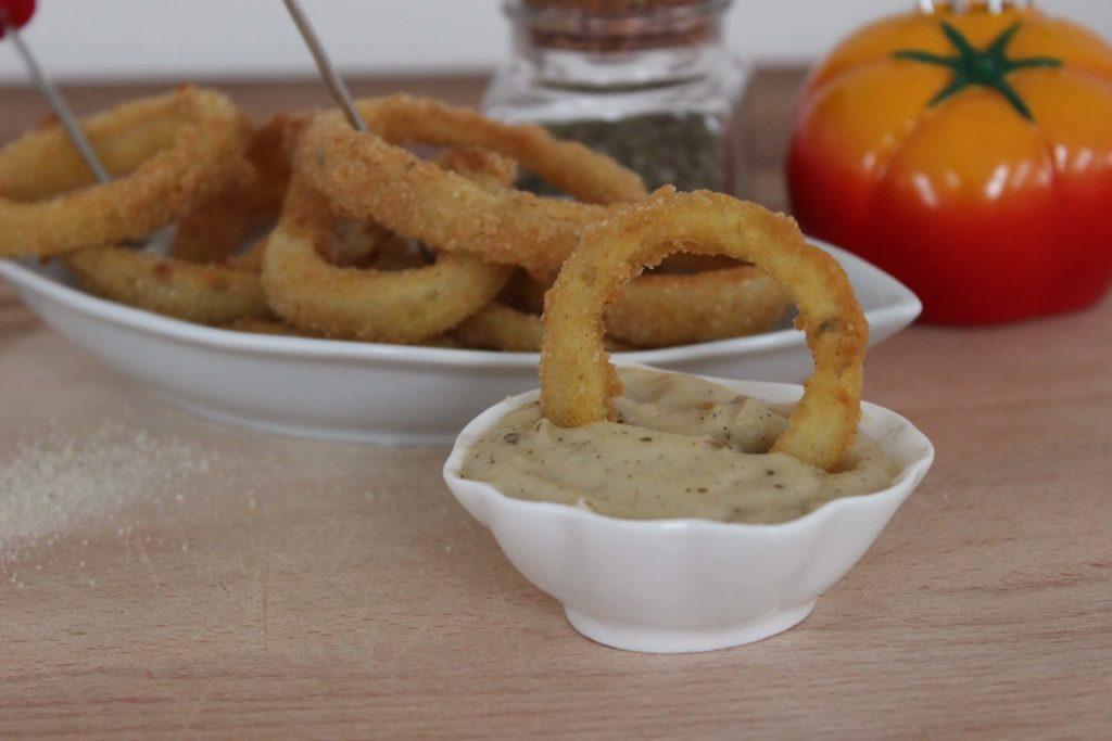 Kliknij w obrazek, aby zobaczyć przepis na krążki cebulowe z dipem serowym.
