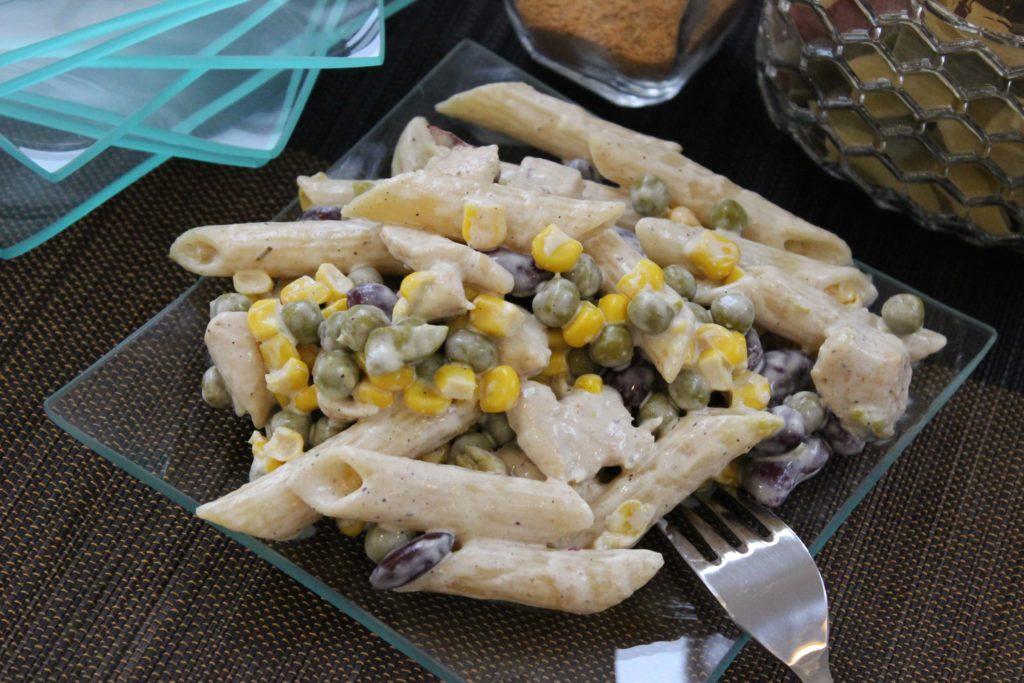 Sałatka z makaronu i kurczaka - Piwniczka Chomika