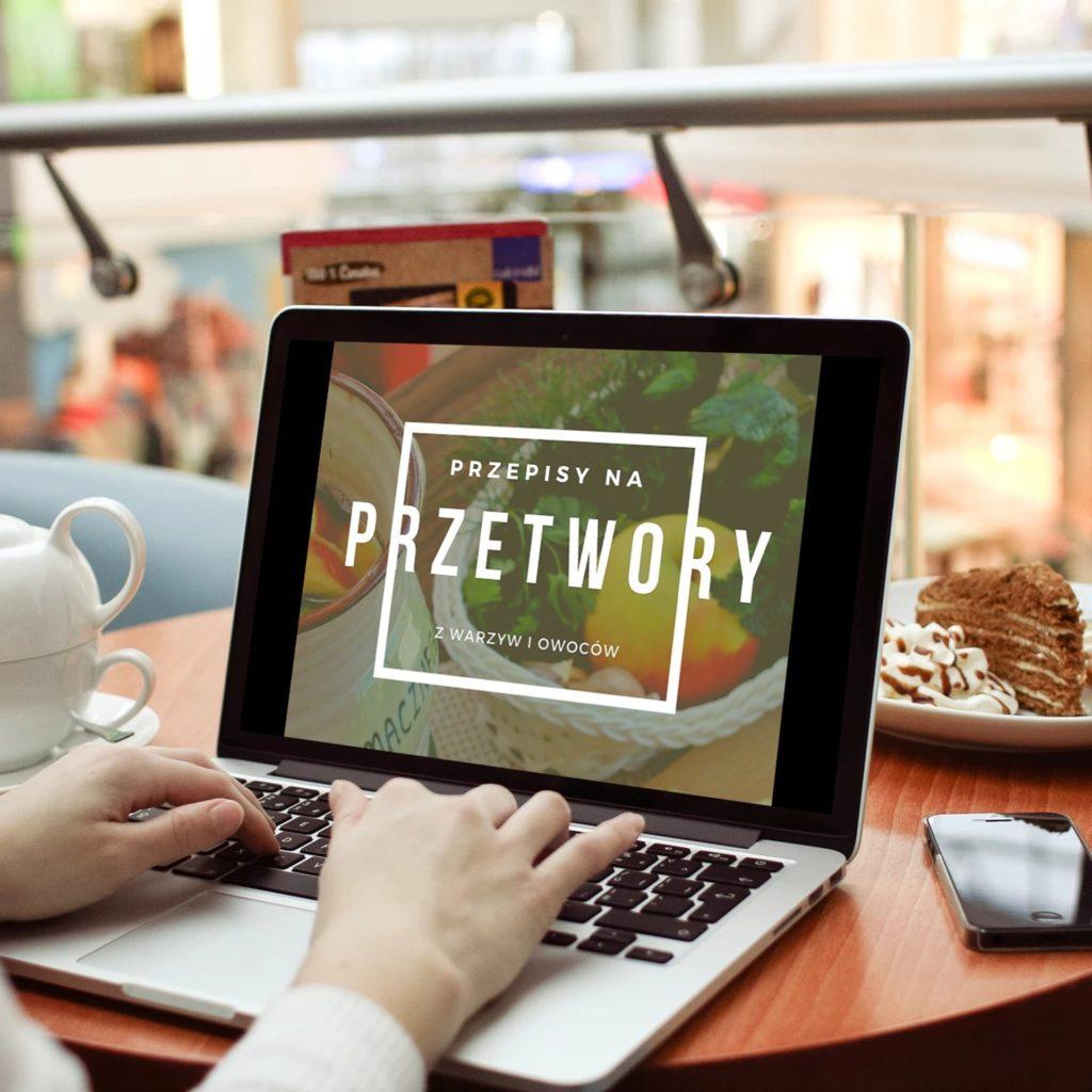 Kliknij w obrazek, aby pobrać darmowy e-book z przepisami na przetwory z warzyw i owoców, polecane przez Piwniczkę Chomika.