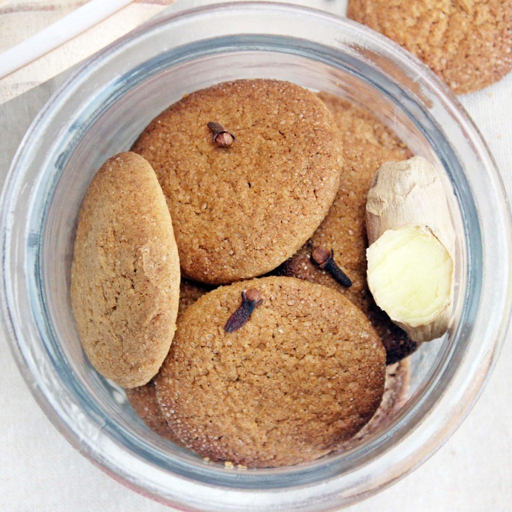 Kruche imbirowe ciasteczka są idealne do kawy i herbaty nie tylko w zimie - Piwniczka Chomika