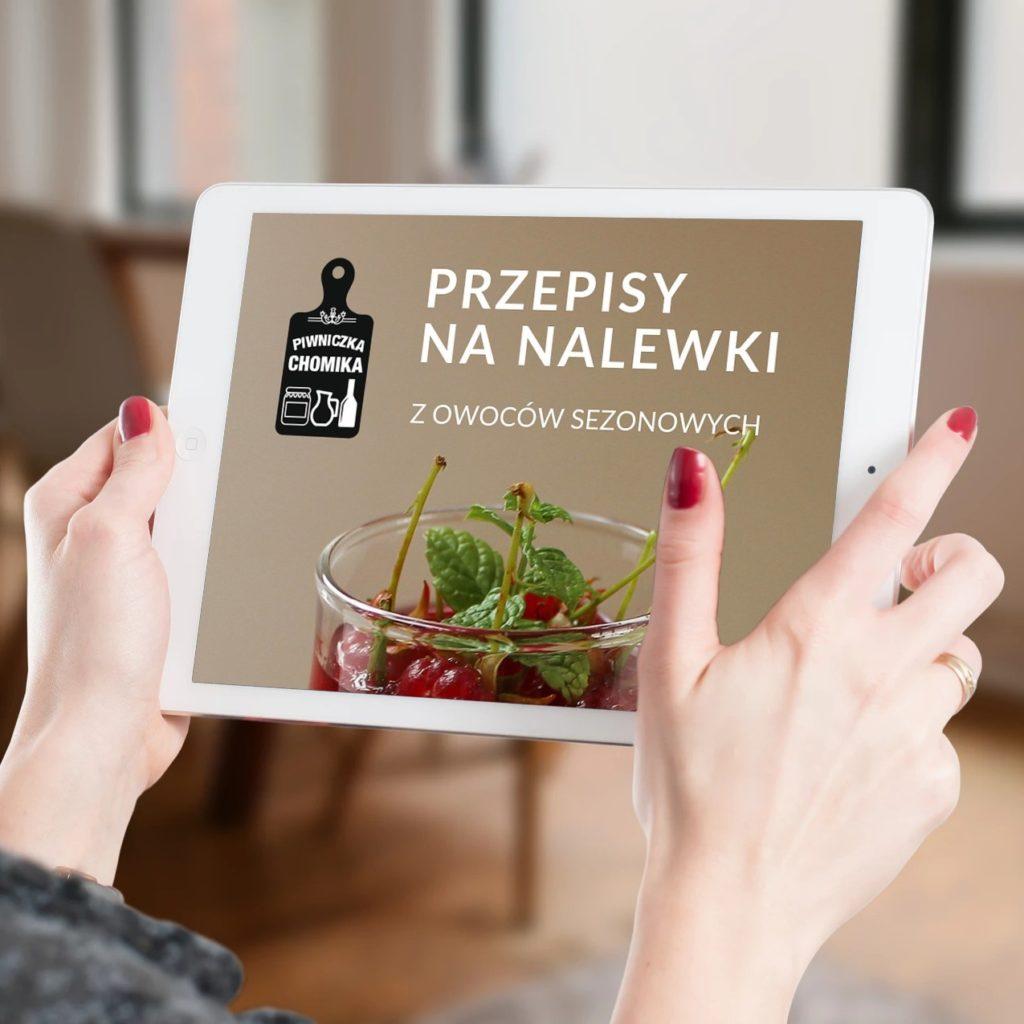 Kliknij w obrazek, aby pobrać darmowy e-book z przepisami na nalewki sezonowe, polecane przez Piwniczkę Chomika.