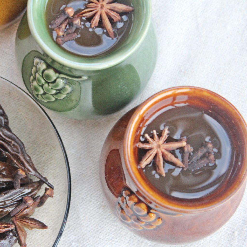Kompot z suszu najlepiej prezentuje się w ceramicznych kubkach - Piwniczka Chomika