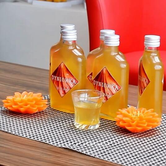 Nalewka z dyni pięknie prezentuje się w tradycyjnych butelkach piersiówkach.